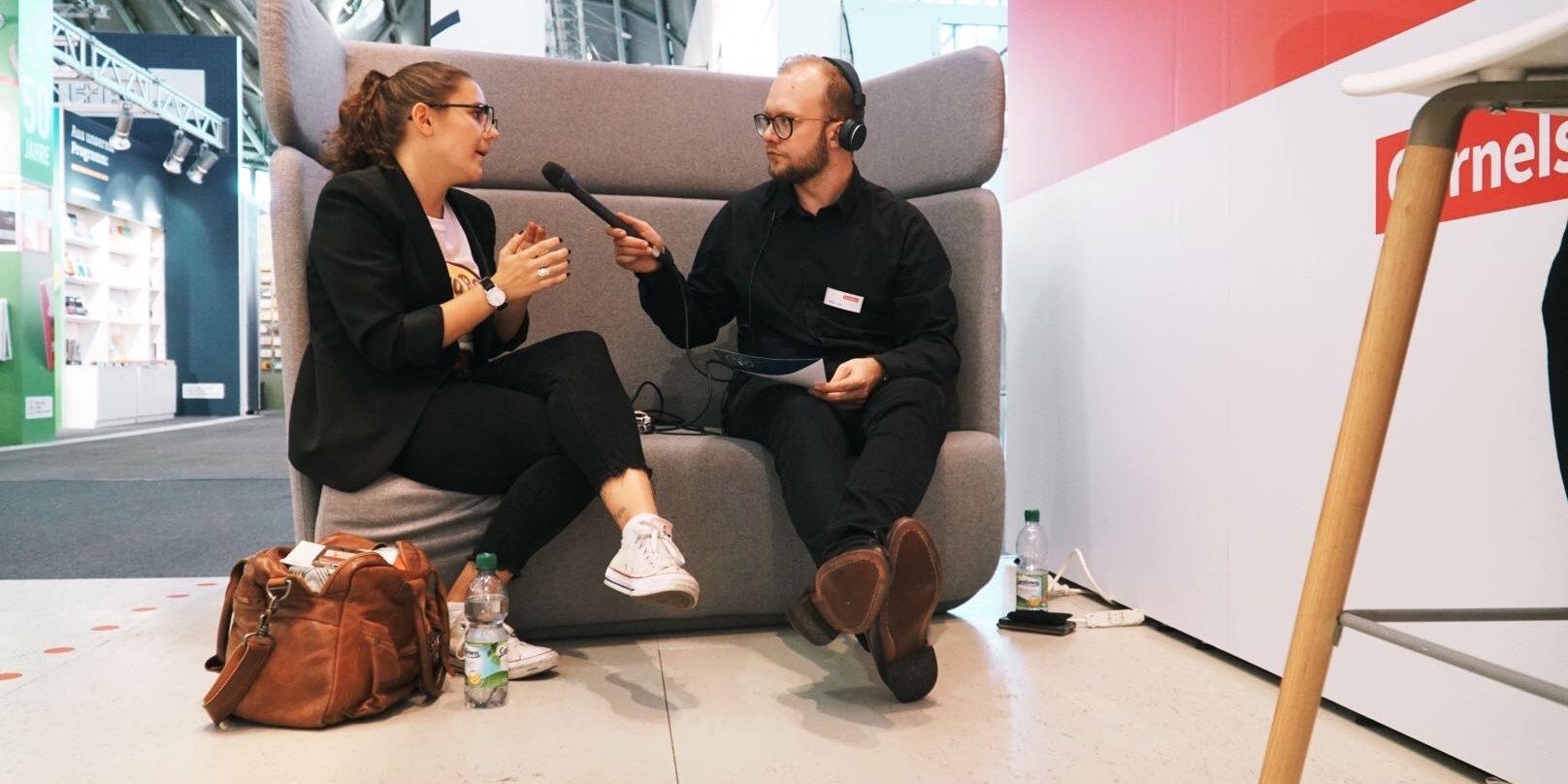 Emely Dilchert im Gespräch mit Florian Lange bei der EduCouch