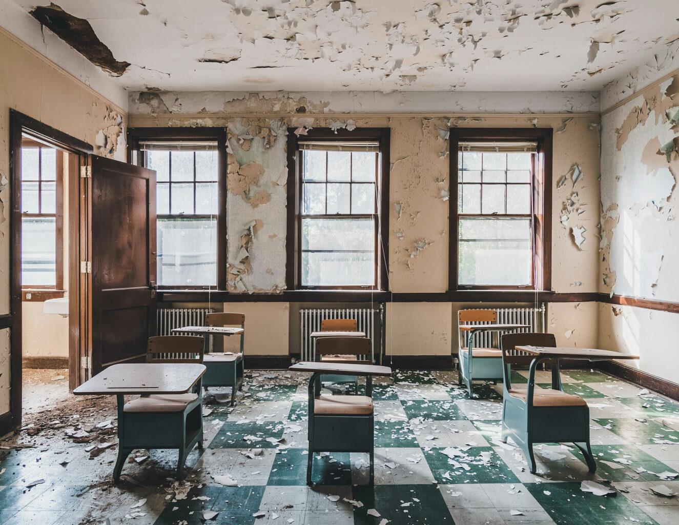 Verlassenes und heruntergekommenes Klassenzimmer